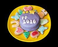 O título PF 2016 escrito no bolo festivo com vário gingerbre Fotos de Stock Royalty Free
