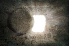 O túmulo de Jesus With Light Coming do interior fotografia de stock