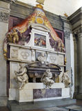 O túmulo de Michelangelo na basílica de Santa Croce. Florença, Itália imagens de stock royalty free