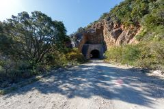 O túnel através das montanhas imagens de stock