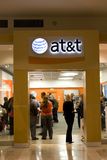O At&t armazena enchido com os clientes Imagens de Stock