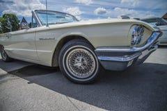 o T-pássaro, 1964 vadea o convertible de Thunderbird, a parte dianteira do delalje e o whe foto de stock royalty free