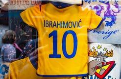 O t-shirt das crianças amarelas foto de stock