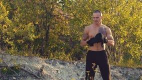 O t-shirt de rasgo do homem brutal nsi mesmo na rocha lentamente video estoque