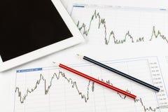 O tablet pc, os modelos, as cartas e o vermelho corrigem em um fundo branco, conceito do negócio Fotos de Stock