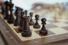 O tabuleiro de xadrez está na tabela Fotos de Stock