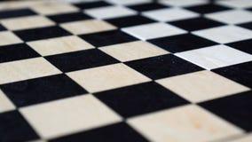 O tabuleiro de xadrez de madeira vazio está girando video estoque