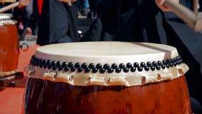 O taiko do jogo dos bateristas dos músicos rufa chu-daiko fora Cultive a música folk de Ásia Coreia, Japão, China video estoque