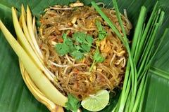 O tailandês da almofada é servido na folha da banana foto de stock