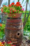 O tambor de vinho, usou-se como um suporte imagens de stock