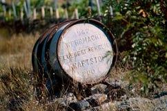 O tambor oxidado do metal velho é abandonado na rua, na floresta, perto do rancho da exploração agrícola Fotografia de Stock Royalty Free