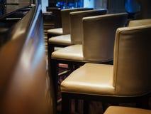 O tamborete de barra assenta o restaurante interior da barra da fileira Imagem de Stock