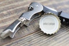 O tampão da cerveja com a legenda continua a participar Fotos de Stock Royalty Free