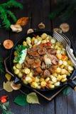 O tampão do leite do açafrão cresce rapidamente com batatas fritadas, estilo rústico Foto de Stock Royalty Free
