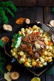 O tampão do leite do açafrão cresce rapidamente com batatas fritadas, estilo rústico Fotografia de Stock