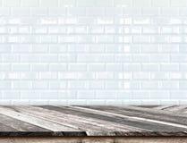 O tampo da mesa de madeira diagonal vazio no branco borrado telha w cerâmico fotos de stock