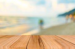 O tampo da mesa de madeira no fundo azul do mar & do céu pode pôr ou a montagem y imagem de stock royalty free