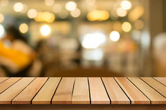 O tampo da mesa de madeira no fundo do restaurante do bokeh do borrão pode ser f usado fotos de stock royalty free