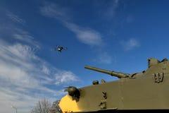 O tanque aponta uma arma no zangão Zangões e quadrocopters de combate imagens de stock