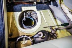 O tanque de óleo no carro tem o jaque eletrônico na parte superior e na ferramenta Foto de Stock Royalty Free
