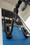 O tanque do carro do reabastecimento do bocal da gasolina Fotos de Stock Royalty Free