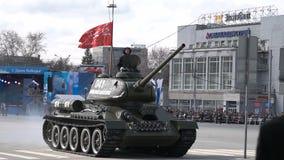 O tanque está viajando em torno do quadrado de cidade video estoque