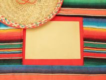 O tapete mexicano do poncho da festa em cores brilhantes toca trombeta Imagens de Stock Royalty Free