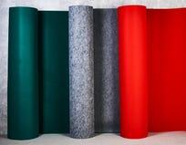 O tapete rola em cores diferentes na loja imagem de stock