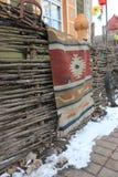 O tapete trançado na cerca foto de stock