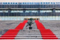 O tapete vermelho cobriu as etapas Imagens de Stock