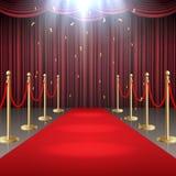 O tapete vermelho e a cortina e a barreira rope no fulgor dos projetores Fotografia de Stock