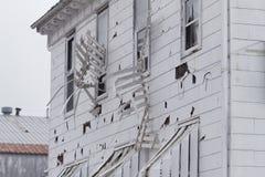 O tapume e os toldos do hotel arruinados pela saraiva atacam Foto de Stock