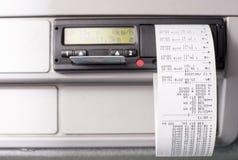 O taqueômetro de Digitas com registros de tempo impressos e a metade do cartão do motorista introduziram imagens de stock royalty free