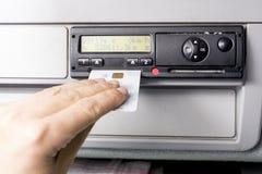 O taqueômetro e os motoristas de Digitas entregam a introdução de motoristas cartão nele Nenhuns dados pessoais imagens de stock