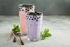 O Taro e a morango ordenham o chá da bolha em vidros altos foto de stock royalty free