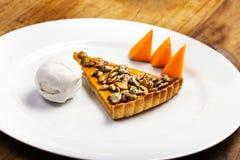 O tarte de abóbora com chantiliy e abóbora remenda na placa branca Imagens de Stock