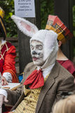 O tea party louco dos chapeleiros Homem no traje animal Imagem de Stock