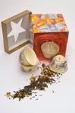 O teapot da porcelana em uma caixa fotos de stock royalty free
