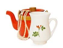 O teapot e o leite do vintage rangem com trajeto de grampeamento fotos de stock royalty free