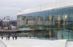 O teatro da ópera de Oslo em Noruega Imagem de Stock