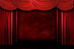O teatro sujo vermelho do estágio drapeja com Ligh dramático Fotografia de Stock Royalty Free