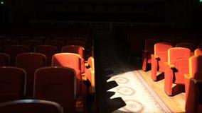 O teatro vazio assenta pronto para a mostra grande filme