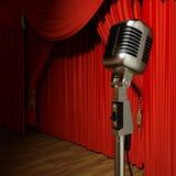 O teatro vermelho da fase drapeja e microfone Imagens de Stock Royalty Free