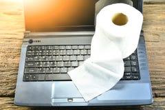 O tecido branco pôs sobre um portátil preto sob o alargamento do sol Fotografia de Stock Royalty Free
