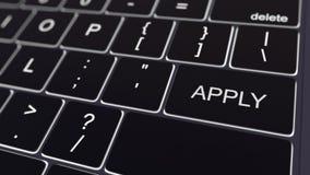 O teclado de computador preto e a incandescência aplicam a chave Rendição 3d conceptual Imagem de Stock