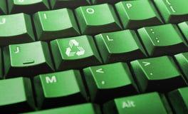 O teclado de computador verde com recicl o logotipo Fotografia de Stock
