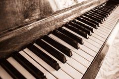 O teclado de um piano ereto no sepia imagem de stock royalty free