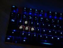 O teclado do jogo brilha com chaves multi-coloridas para a conveniência dos jogadores fotos de stock