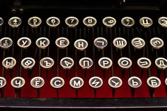 O teclado preto é vintage de um close up mecânico da máquina de escrever do russo Foto de Stock