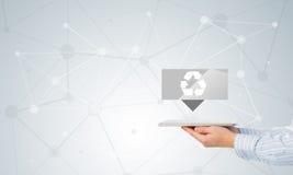 O tela táctil da mão do homem de negócios recicla ícones do sinal em uma tabuleta Foto de Stock